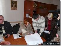 Комиссия принимает списки избирателей